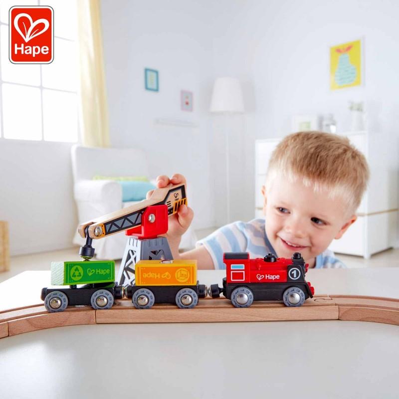 Votre enfant démarrera sa locomotive et la regardera emporter joyeusement ses wagons sur le circuit.