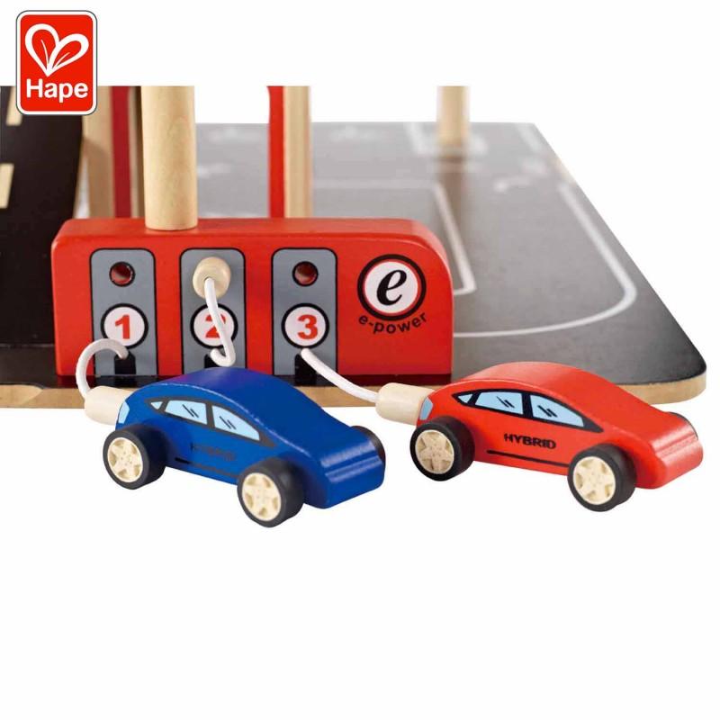 Les  pompes à essence et les 2 voitures