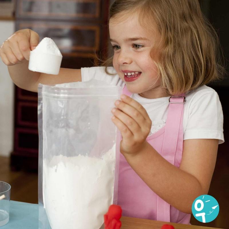 Petite fille avec recharge de plâtre pour ses ateliers créatifs.