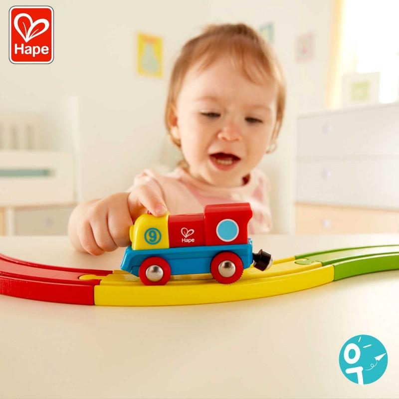 Petite fille en train de jouer avec la locomotive.