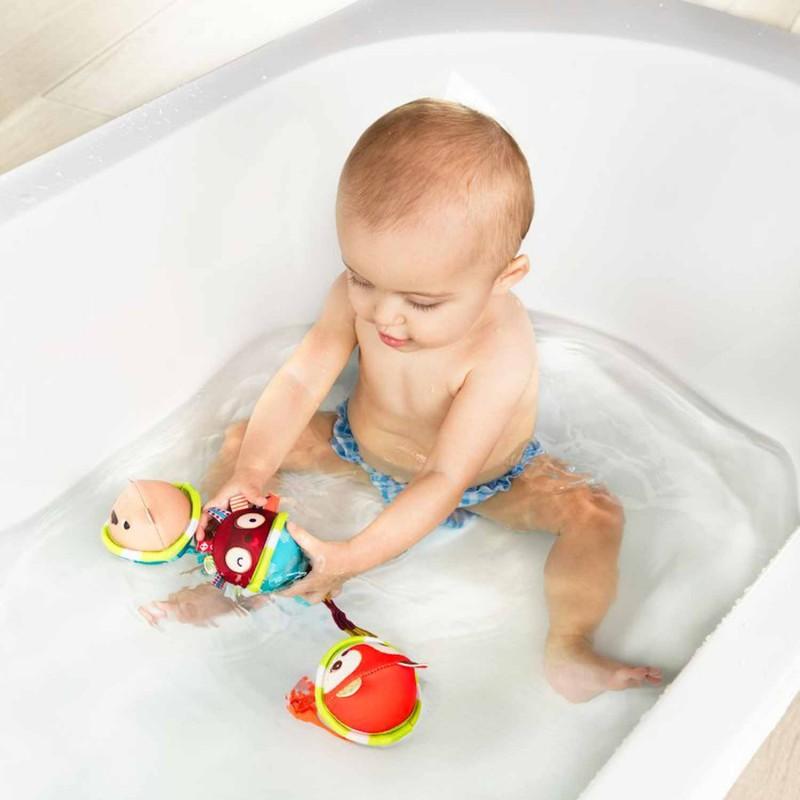Mise en scène bébé qui joue avec les balles de Lilliputiens