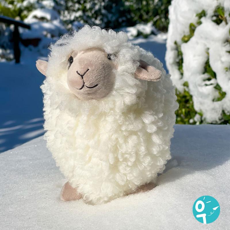 Rolbie mouton blanc cream sheep Jellycat (Small) dans la neige