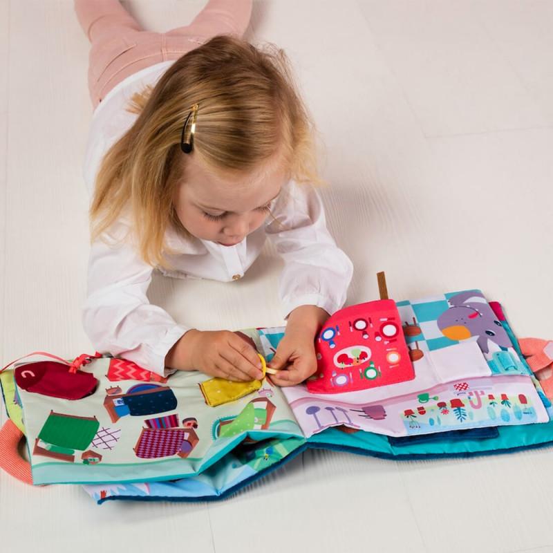 Petite fille avec le livre d'apprentissage