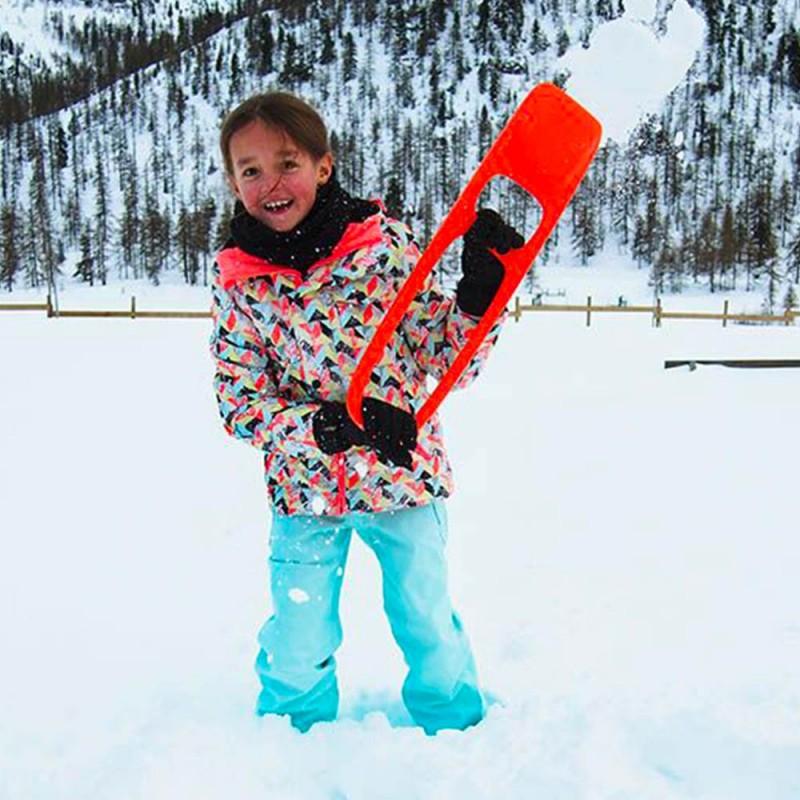 Pelle neige orange pour les enfants de la marque Quut