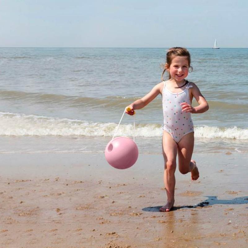 Le Seau de plage Mini Ballo Rose de Quut - Un seau ludique pour les enfants