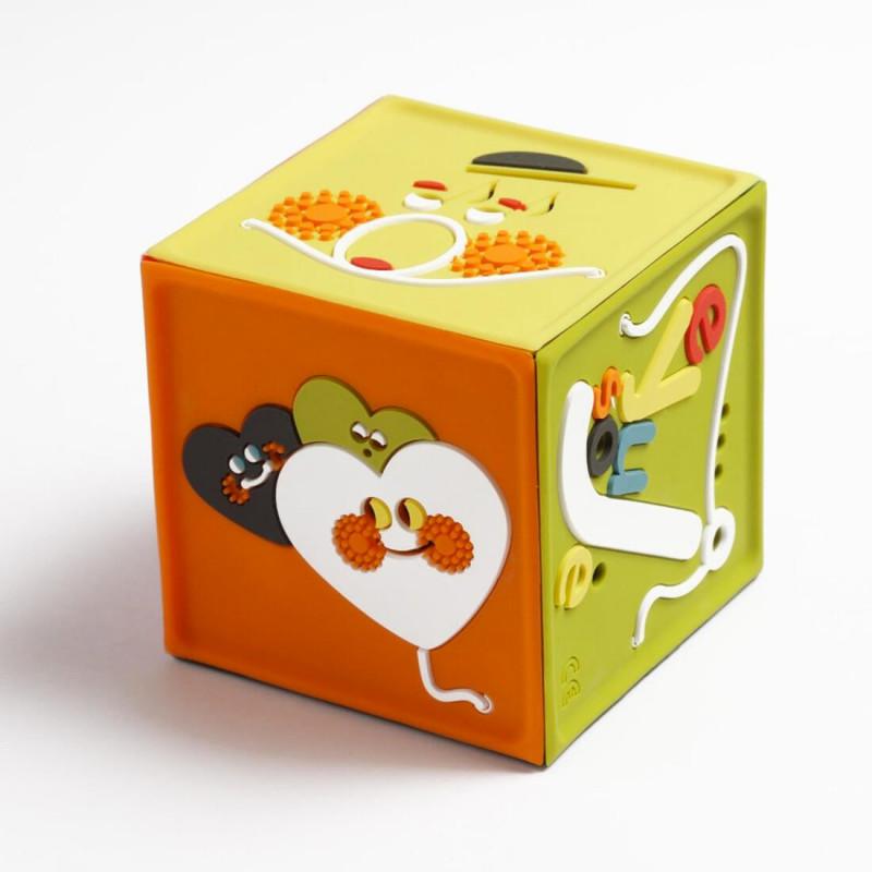 Un cube coloré et robuste qui raconte des histoires et contes aux enfants;