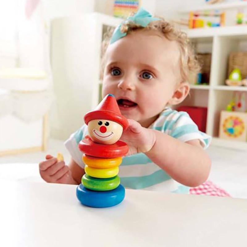 Petite fille qui joue avec le hochet clown.