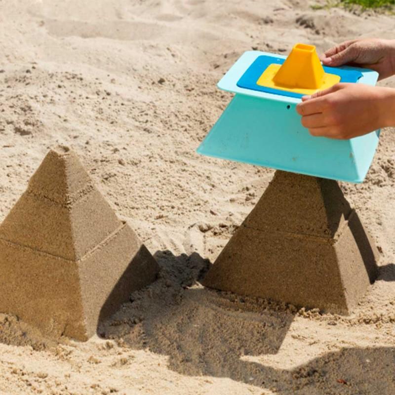 Pyramides de sable réalisées avec le jouet Pira de Quut