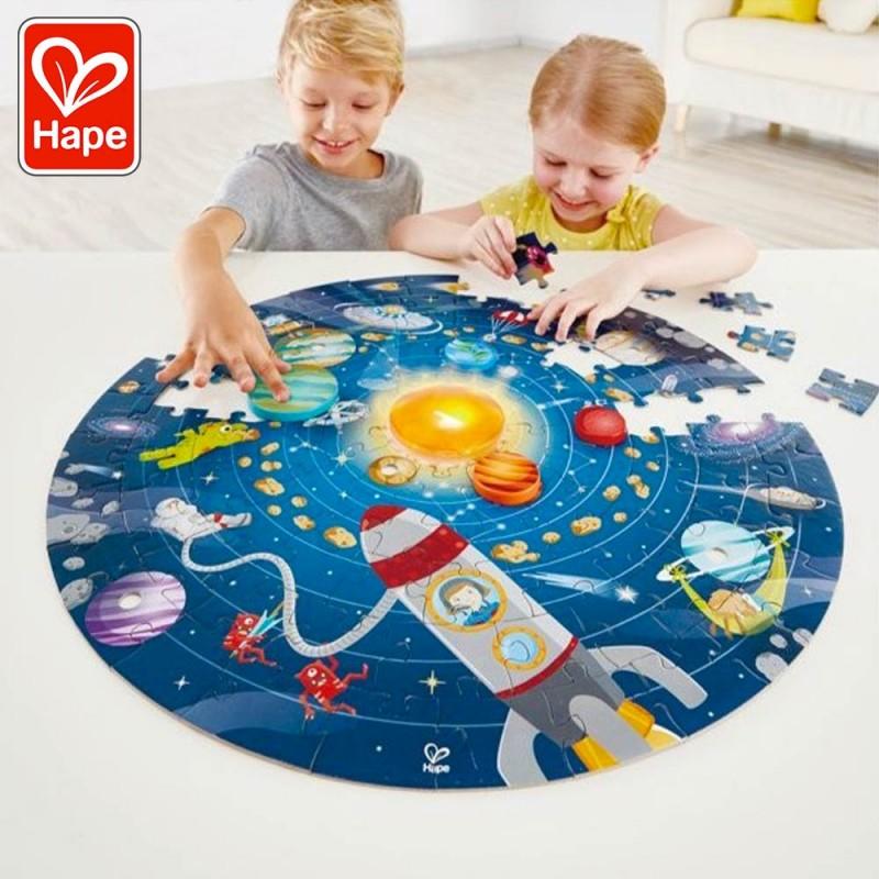 Puzzle du système solaire avec LED - Hape - Mise en scène avec les enfants